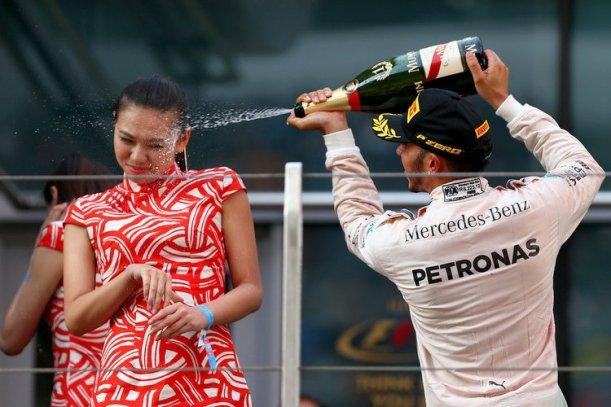 Lewis Hamilton pezsgő Kína